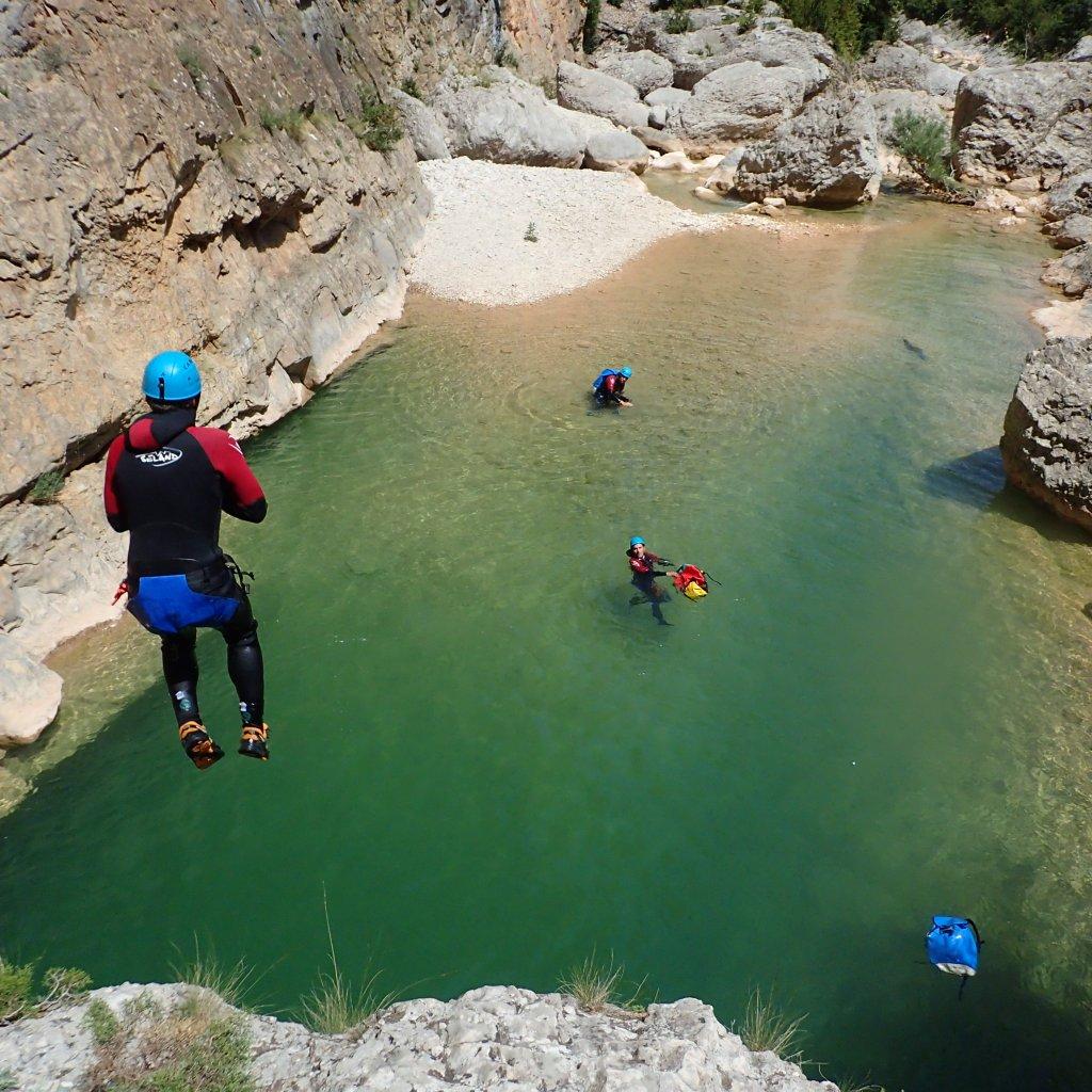saut dans une vasque turquoise - sierra de Guara Pyrénées Espagne
