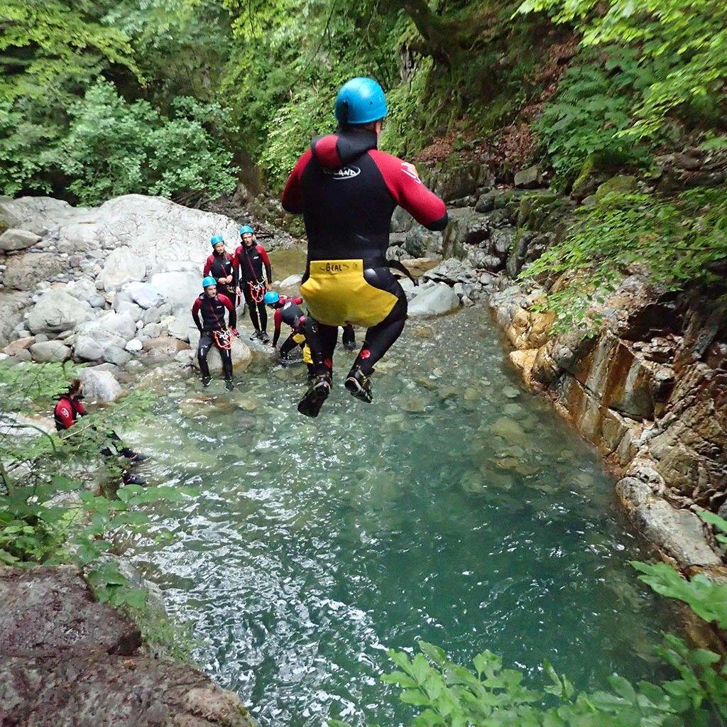 Saut dans le canyon de Bious (Pyrénées)