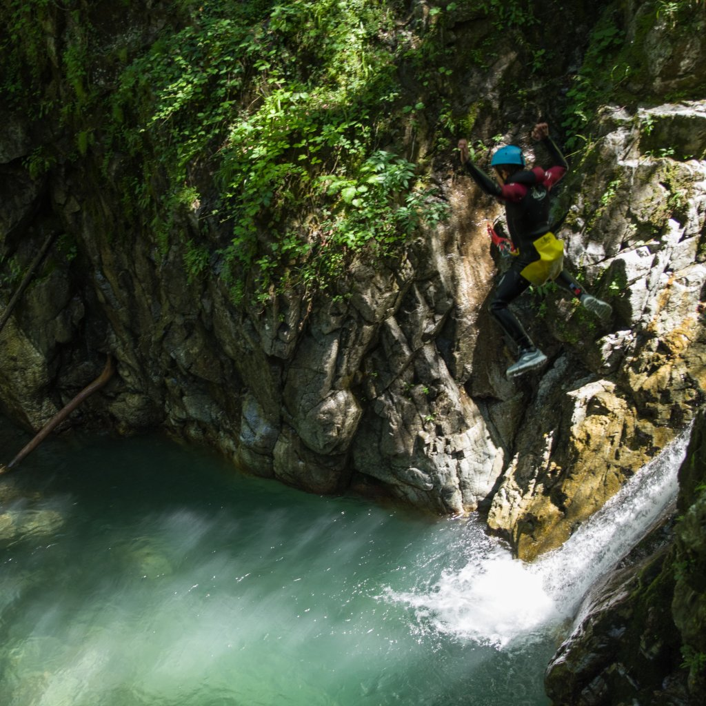 Saut dans le canyon de Bious-Gabas (vallée d'ossau, Pyrénées)