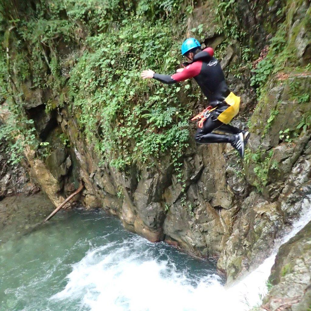 Saut de 6m dans le canyon de Bious (à 1h de Pau)