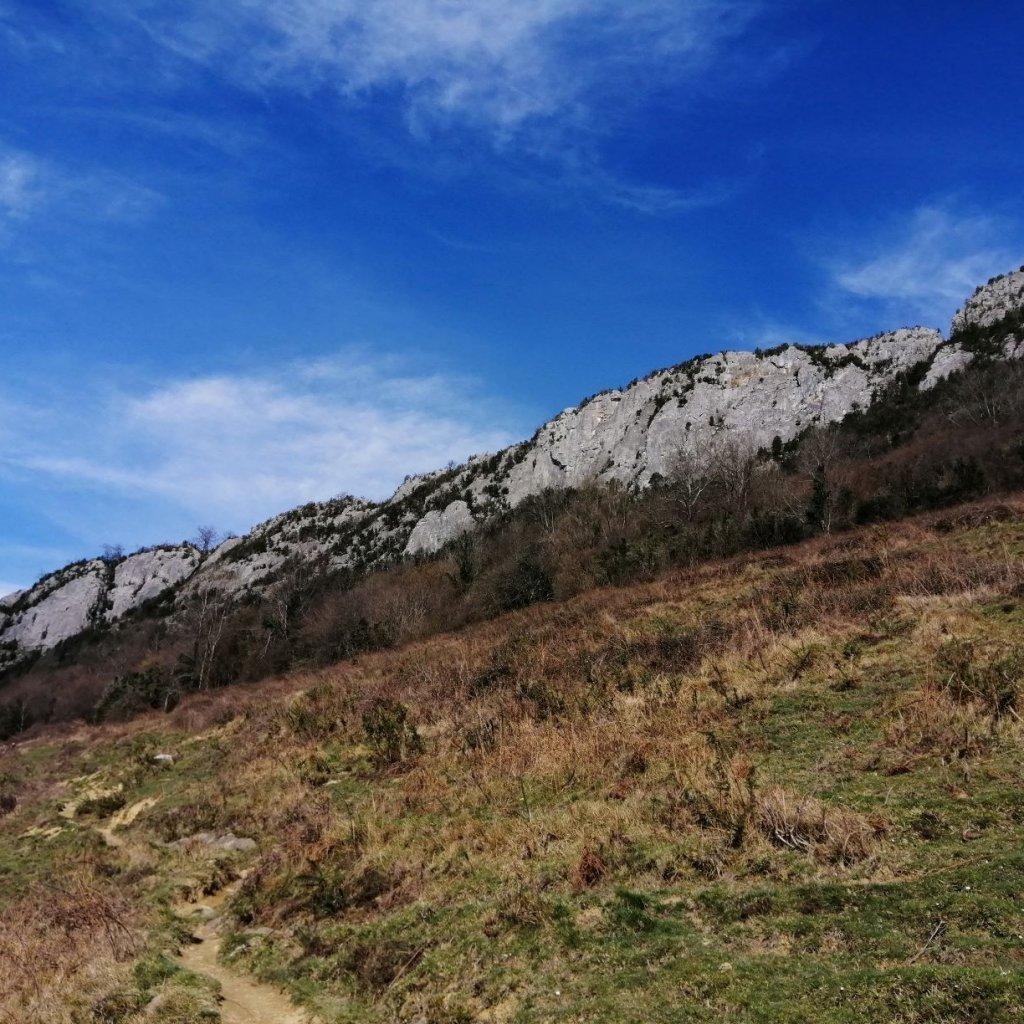 marche d'approche vers la falaise d'Arguibelle (Pyrénées Atlantiques)